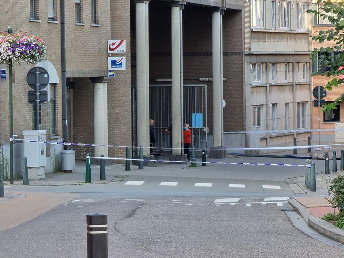 Het postkantoor in Halle, waar de straat afgesloten werd met politielint zodat het water uit de ondergrondse garage kon weggepompt worden.