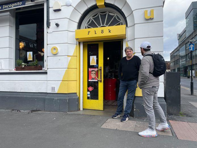 Bij Flok aan Stevenson Square kunnen dorstige stamgasten alvast voorproeven. Landlord Martin Henning serveert koffie en verkoopt blikken bier die buiten opgedronken moeten worden.