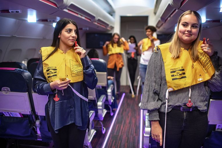 Mbo-studenten doen hun veiligheidsroutine in een namaakvliegtuig. Beeld Guus Dubbelman / de Volkskrant