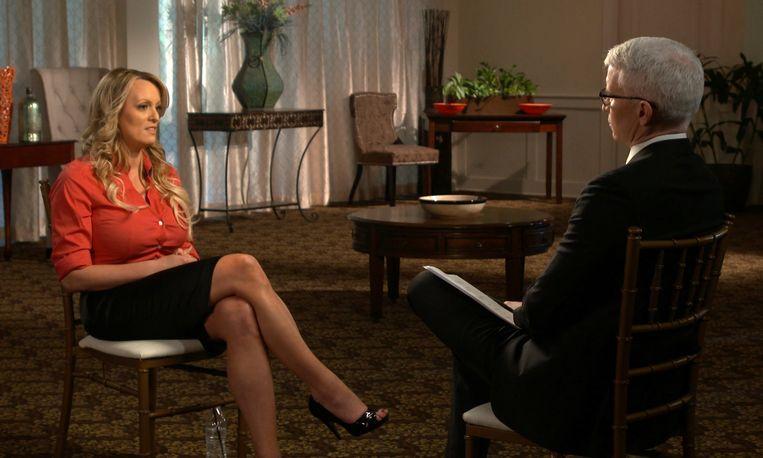 Stormy Daniels tijdens het '60 Minutes'-interview met Anderson Cooper op de Amerikaanse zender CBS. Beeld AP