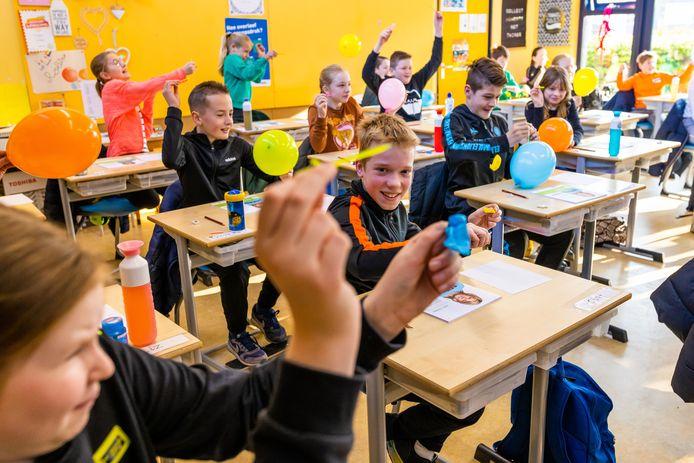 Met het doorprikken van ballonnen had groep 8 van RKBS De Vijfhoeven een knallende start van de eindtoets.