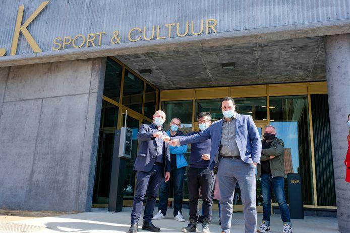 Leden van het schepencollege kregen vandaag de sleutels van de nieuwe sport- en cultuurzaal overhandigd.