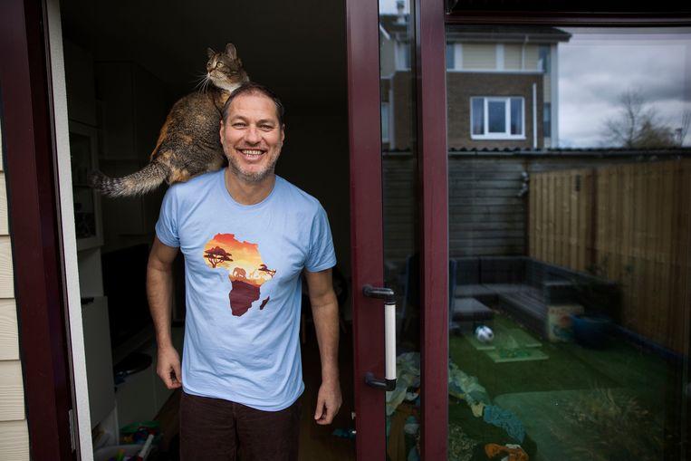 Sander de Kramer met op zijn schouder Euromast, een voormalige zwerfkat. Beeld Arie Kievit