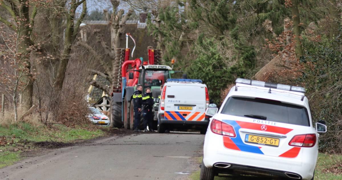 Dode bij botsing tussen bromfietser en tractor in buitengebied bij Barneveld.