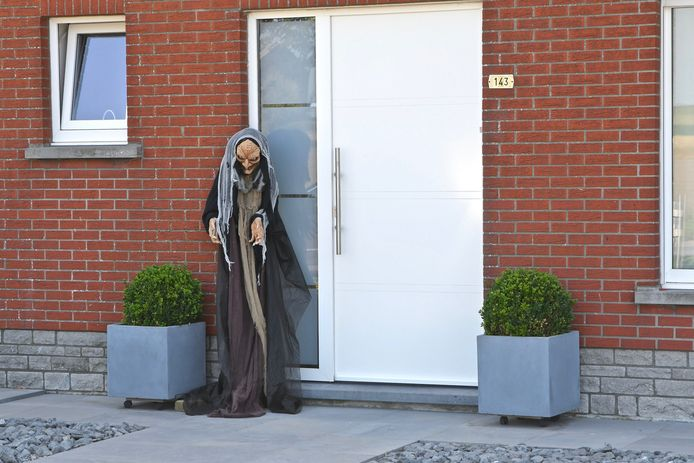 Ondanks de afgelasting van de heksenstoet, hangt er een heksensfeertje in de straten van Beselare. Zoals hier in de Wervikstraat