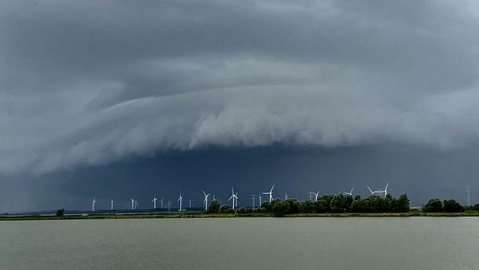 Een prachtige arcus wolk of boogwolk die samenhing met een zware bui bij Bergen Op Zoom en Hoogerheide. Deze is gemaakt aan de westkant van Bergen in de richting van de Oesterdam. Op veel plaatsen viel 30 tot 40 mm, in Lepelstraat zelfs 48 mm.