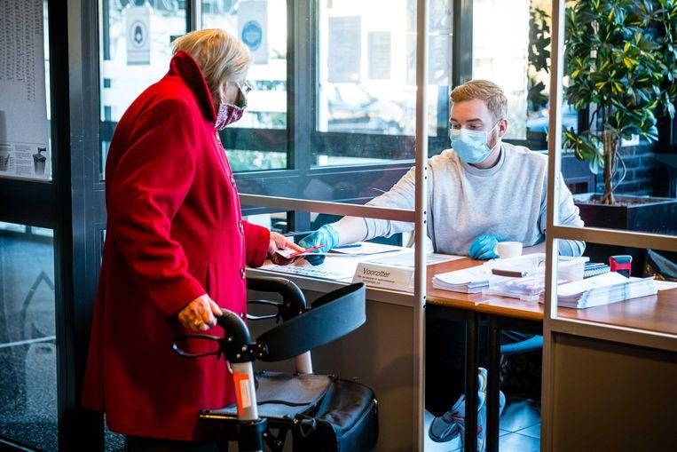 Bewoners van verpleeghuis Simeonshof in Boxtel brachten tijdens de herindelingsverkiezingen op 18 november 2020 hun stem uit in een mobiel stembureau. Vanwege besmettingsgevaar kon er op deze locatie geen openbaar stemlokaal worden ingericht. Beeld ANP