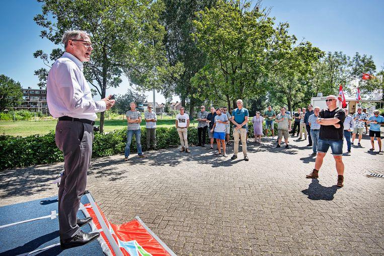 FNV-voorzitter Han Busker spreekt Tata-personeel toe in Velsen-Noord. Beeld Guus Dubbelman / de Volkskrant