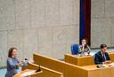 SP-Kamerlid Renske Leijten (links) haalt uit naar Rutte. Demissionair Staatssecretaris Alexandra van Huffelen van Financiën hoort toe.