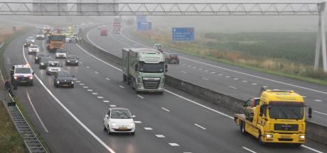 Vrachtwagenchauffeur 'beveiligt' A35 bij Wierden na ongeluk