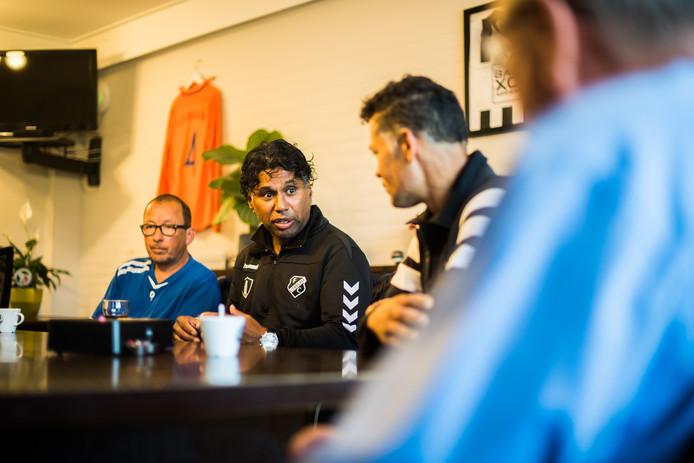 Edward Sijahailatua, de nieuwe trainer van de Eldenia-vrouwen, is een ronde verder met zijn ploeg.