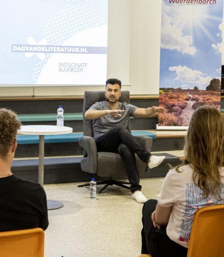 Schrijver Özcan Akyol en stadsdichter Ingmar Heytze geven literaire show in Holten