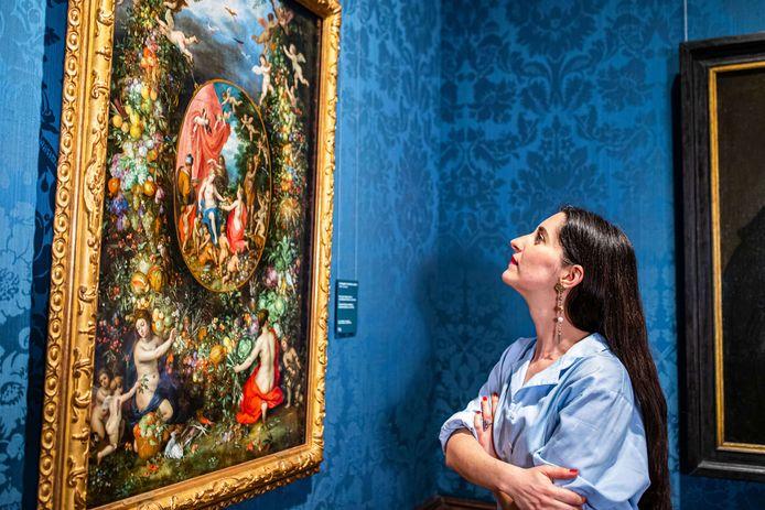 Eefje de Visser bij het door haar bezongen schilderij.