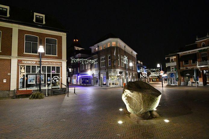 Avondklok niemand op straat in het centrum, Groote Markt in Oldenzaal