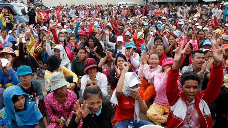 Cambodjaanse textielarbeiders tijdens een staking in juni vorig jaar. Beeld REUTERS