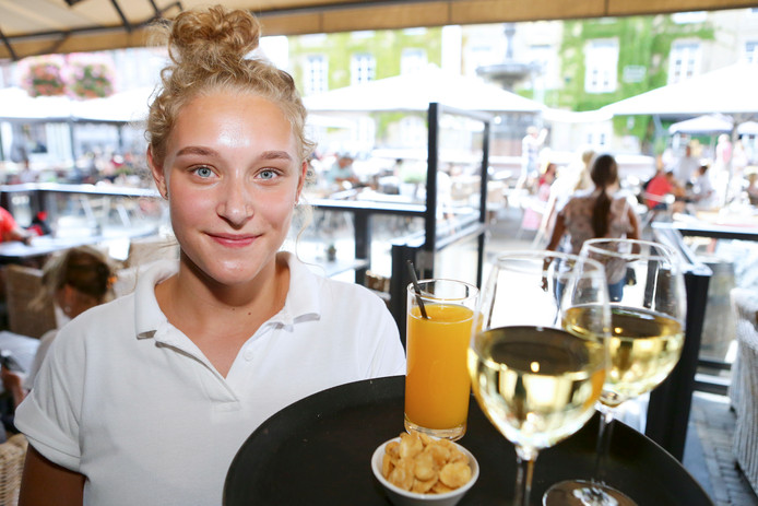 Renee Prenger studeert aan de School voor Journalistiek in Utrecht. Maar deze weken bedient ze de gasten bij De Hoofdwacht.