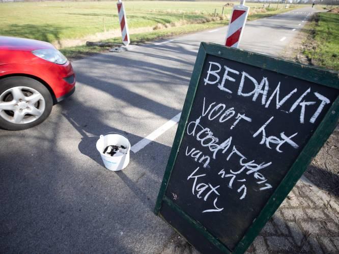 Boer Wytze protesteert met zijn doodgereden zwart-wit kat tegen snelheidsduivels voor zijn erf in Soest