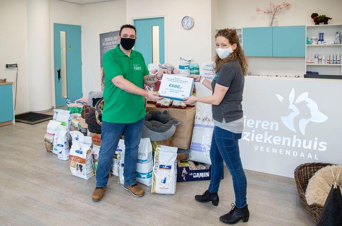 Naast alle spullen werd er ook nog 600 euro ingezameld, Michel Louvet (links) krijgt die uit handen van Eveline Snellen van Vollenhoven.
