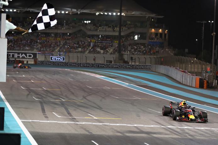 Max Verstappen passeert voor het laatst in 2018 een finishstreep.