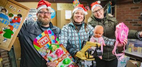 Santa's Little Helpers delen in Apeldoorn kerstpakketten uit