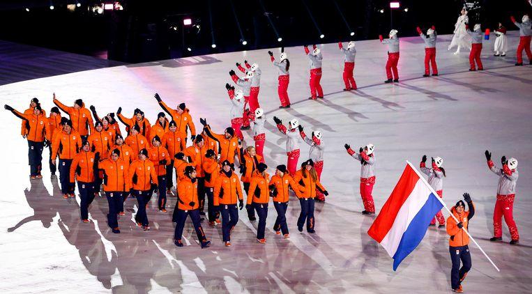 De Nederlandse ploeg was voor de openingsceremonie flink uitgedund. Veel schaatsers  lieten verstek gaan, omdat ze morgen direct al moeten presteren. Beeld ANP