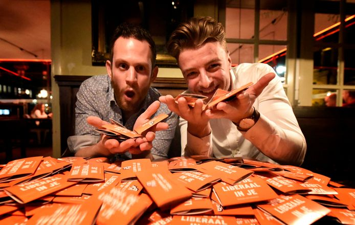 Florian Bos en Mats Bakker van VVD Woerden in de cafe de Pompier met een berg condooms.