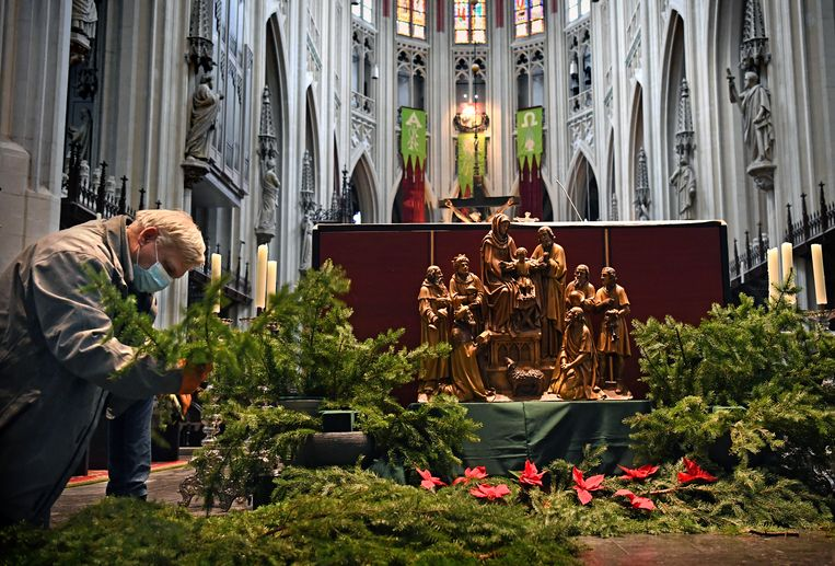 De koster van de Sint-Jan in Den Bosch versiert een alternatieve kerststal die voor het altaar is geplaatst. De nachtmis zal dit jaar online plaatsvinden.  Beeld Marcel van den Bergh / de Volkskrant