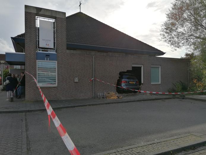 De auto boorde zich dwars door de gevel van de Emmauskerk in Bergen op Zoom.