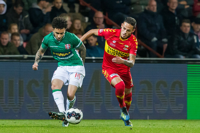 FC Dordrecht-speler Brandon Ormonde Ottewil (l) wordt op de huid gezeten door Jaroslav Navratil van Go Ahead Eagles.