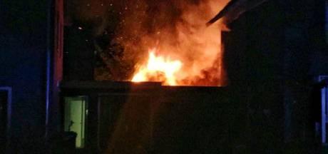 Aangebouwde schuur vat vlam in Enschede: politie brengt bewoners in veiligheid
