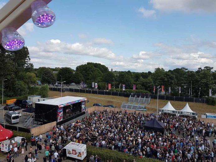 Drukte op de laatste editie van het Deventer Stadsfestival, in 2019. Toen voor het eerst  op het evenemententerrein aan de Roland Holstaan. Daarvoor was het festival in het Oude Plantsoen tegenover het NS-station.