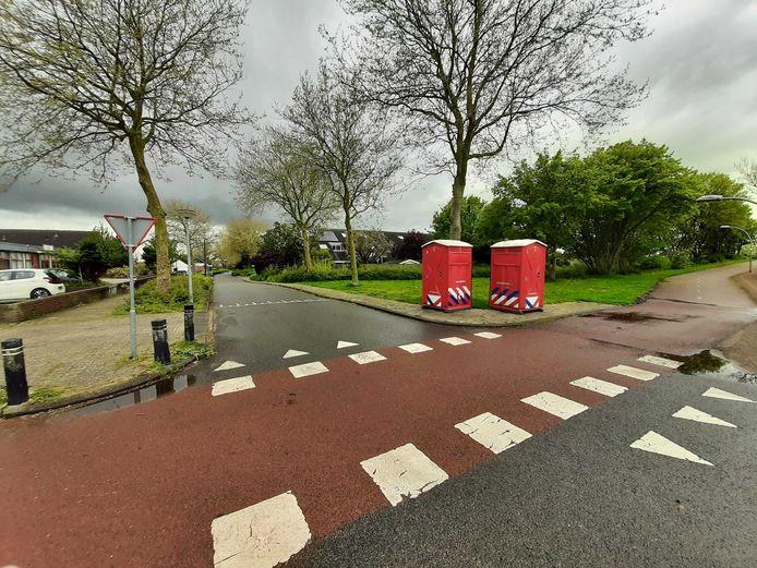 Her en der hangen nog politielinten en twee dixies van de brandweer staan er maandagochtend verlaten bij in de wijk de Punter in Lelystad.