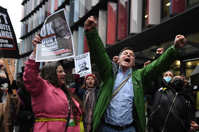 Supporters van Wikileaks-oprichter Julian Assange vieren de uitspraak van de rechter op straat in Londen. Beeld AFP