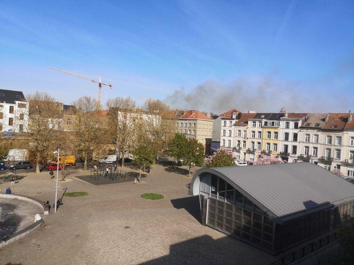 De rookpluim was tot even buiten de Kuregemwijk te zien.