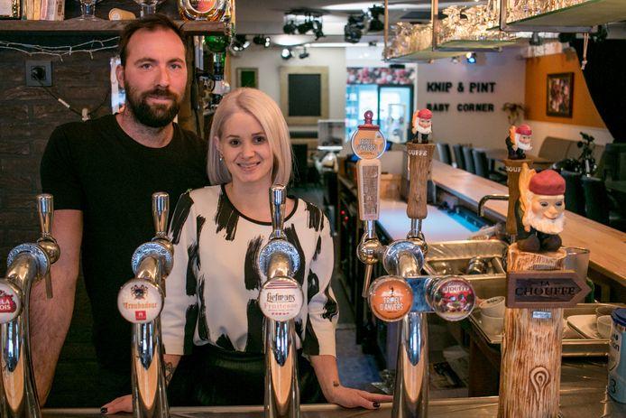 Steven Tack en Lynn De Kimpe in hun brasserie 7'Nivoo, met op de achtergrond het kapsalon.