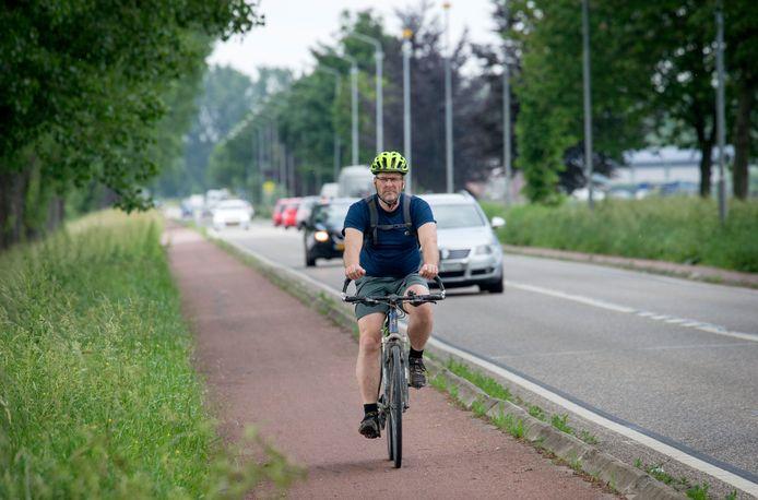 Fietser op het fietspad tussen Oosterhout en Raamsdonksveer. Er komt een vrijliggend twee-baans fietspad te liggen.
