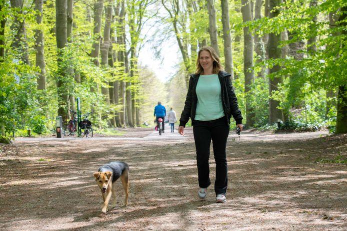 Marlies Aalbers loopt graag met haar hond in het Hoevelakense Bos.