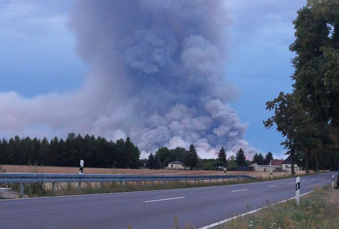 De brand brak gistermiddag door onbekende oorzaak uit en verspreidde zich snel, mede door de droogte die ook in Oost-Duitsland heerst.
