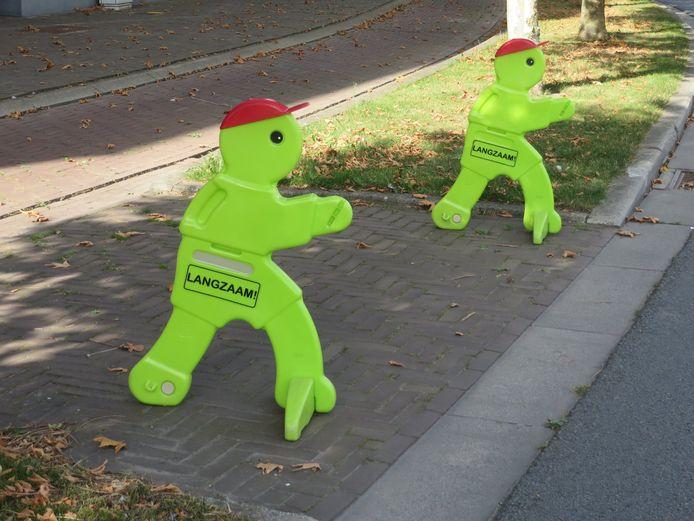 De felgekleurde figuurtjes die de beklaagde ontvreemdde bij de scholen in Oudenaarde.