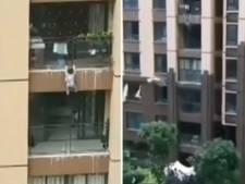 Omstanders vangen peuter met deken na val van zes hoog in China