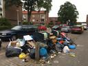 Op verschillende plekken in Amersfoort ligt veel afval naast de bakken, zoals hier in Kruiskamp.