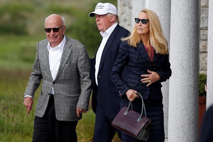 Donald Trump, toen nog presidentskandidaat, met Rupert Murdoch in zijn Schotse golfresort. Rechts Jerry Hall, voormalig topmodel en ex-echtgenote van Rolling Stone Mick Jagger.