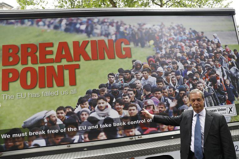 UKIP-leider Nigel Farage bij de campagneposter. Beeld Kos
