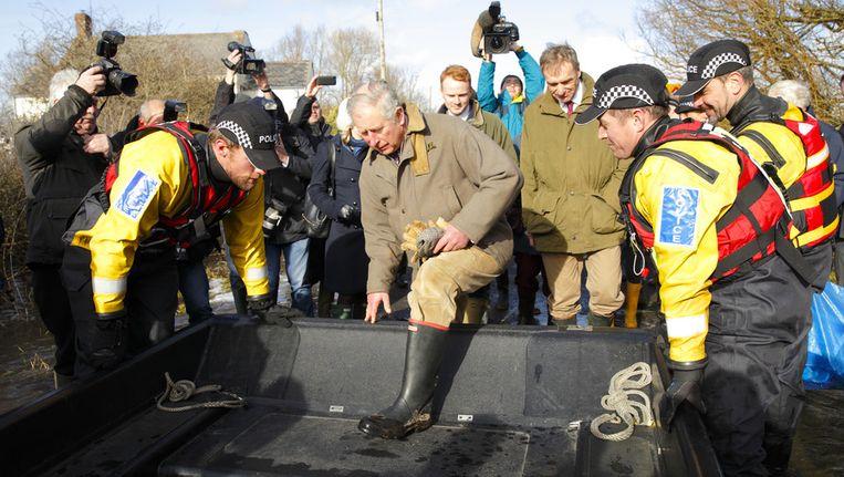 Prins Charles tijdens een bezoek aan het getroffen dorp Muchelney, dinsdag. Beeld getty