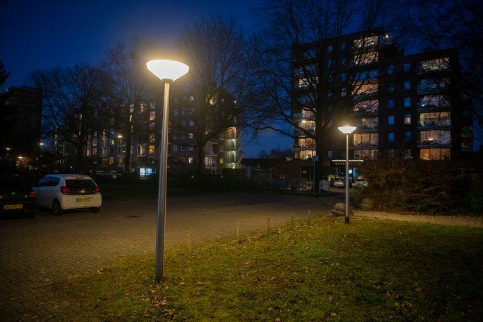 De lampen op de parkeerplaats van kinderopvang Koningskind branden niet alleen 's avonds......
