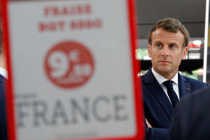 Le président Emmanuel Macron visite le magasin Super U de Saint-Pol-de-Léon lors de son déplacement dans le Finistère le 22 avril 2020 (archives).
