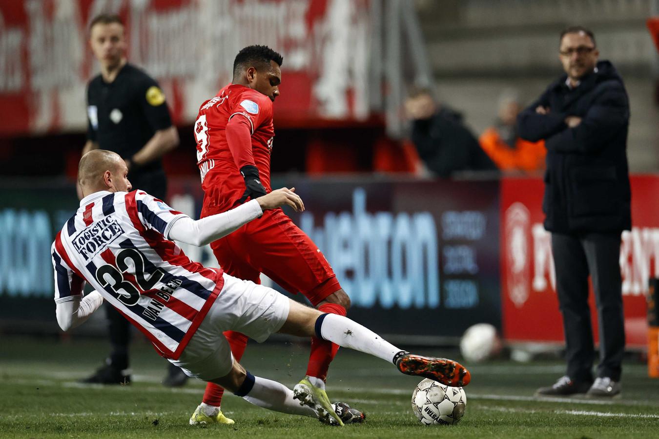 Sven van Beek werkt de bal weg voor de voetan van FC Twente-spits Danilo.