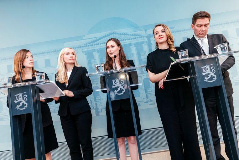 De Finse premier Sanna Marin (midden) geeft een persconferentie met drie vrouwelijke ministers. Waarom zouden landen met vrouwelijke leiding het beter doen in de bestrijding van de coronapandemie? Beeld NurPhoto via Getty Images