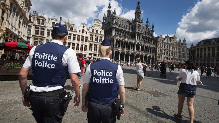 Agenten patrouilleren op de Grote Markt in Brussel. De vakbonden willen dat zij beter worden beschermd. Beeld photo_news