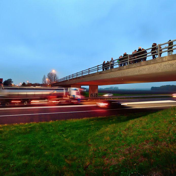 Een delegatie van Rijkswaterstaat en de gemeente luisterde dit najaar samen met bewoners van Heijningen naar de herrie van de A4.